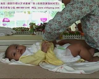 宝宝护理尿片更换